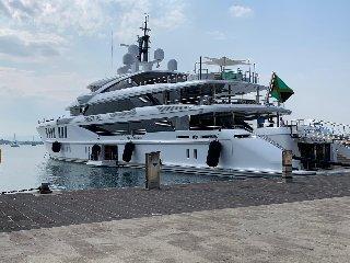 https://www.ragusanews.com//immagini_articoli/27-08-2019/yacht-e-arrivato-lo-spectre-soffrite-invidiosi-240.jpg