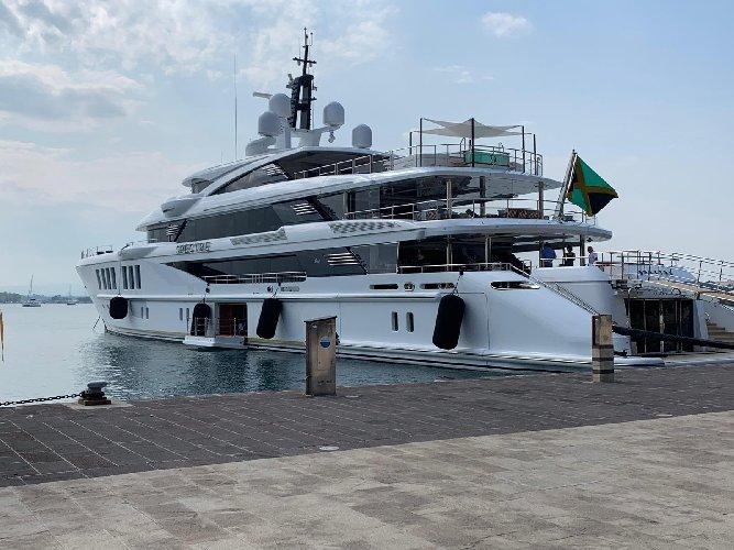 https://www.ragusanews.com//immagini_articoli/27-08-2019/yacht-e-arrivato-lo-spectre-soffrite-invidiosi-500.jpg