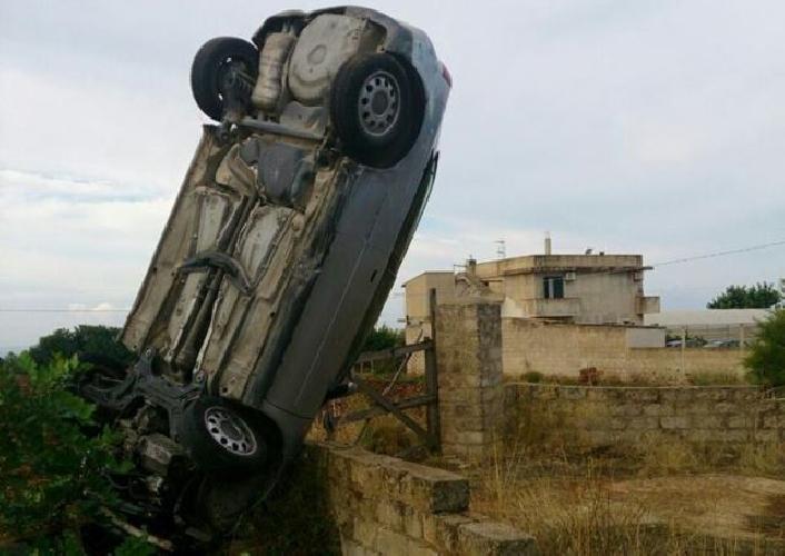 http://www.ragusanews.com//immagini_articoli/27-09-2014/auto-si-schianta-contro-muro-e-s-incunea-in-verticale-500.jpg
