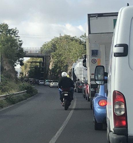 https://www.ragusanews.com//immagini_articoli/27-09-2018/1538041089-lavori-viadotto-caitina-traffico-paralizzato-modica-1-500.jpg