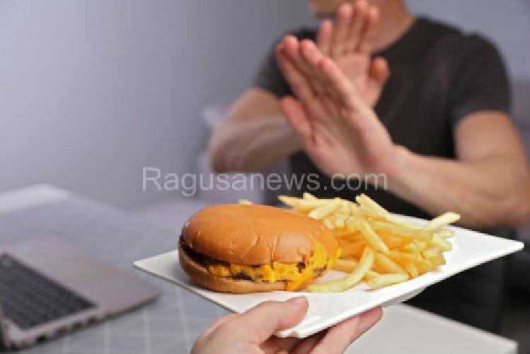 https://www.ragusanews.com//immagini_articoli/27-09-2019/colesterolo-alto-e-dieta-si-rischia-l-infarto-500.jpg