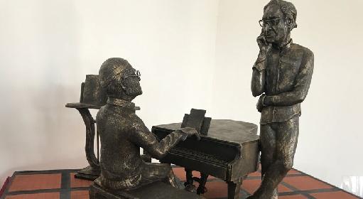 https://www.ragusanews.com//immagini_articoli/27-09-2021/a-milo-una-statua-per-battiato-e-dalla-presentata-la-miniatura-280.jpg