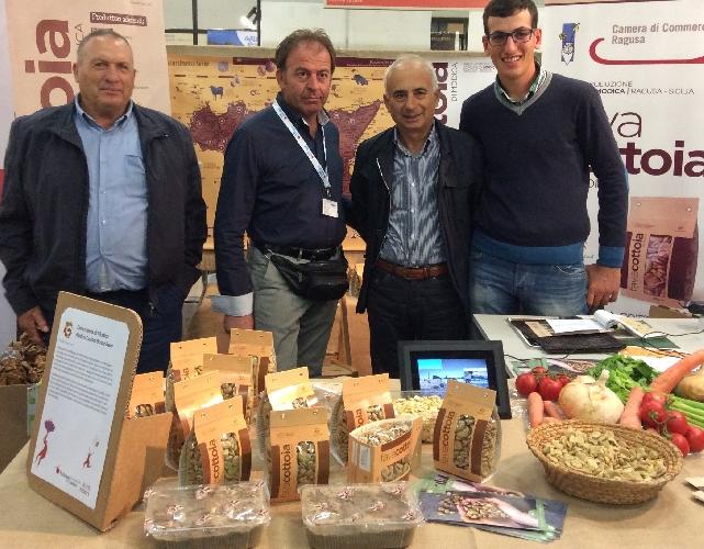 http://www.ragusanews.com//immagini_articoli/27-10-2014/la-fava-cottoia-di-modica-al-salone-del-gusto-di-torino-500.jpg