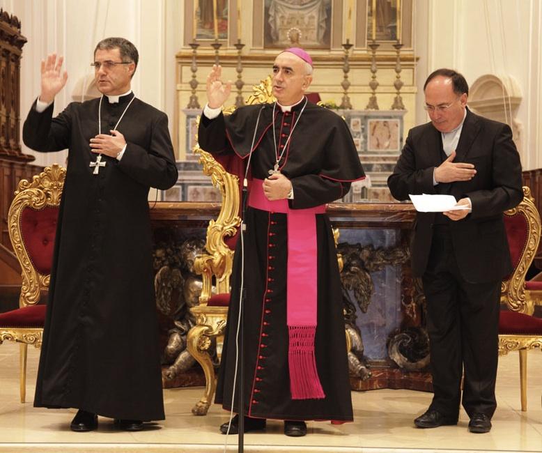 https://www.ragusanews.com//immagini_articoli/27-10-2015/1445947475-1-corrado-lorefice-prete-di-strada-arcivescovo-di-palermo.jpg