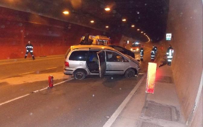 http://www.ragusanews.com//immagini_articoli/27-10-2016/siracusa-catania-incidente-in-galleria-miracolati-due-modicani-420.jpg