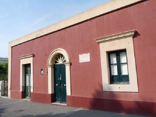 https://www.ragusanews.com//immagini_articoli/27-10-2019/1572181874-all-asta-per-700-mila-euro-casa-di-stromboli-di-bergman-e-rossellini-1-500.jpg