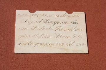 https://www.ragusanews.com//immagini_articoli/27-10-2019/1572182135-all-asta-per-700-mila-euro-casa-di-stromboli-di-bergman-e-rossellini-1-240.jpg