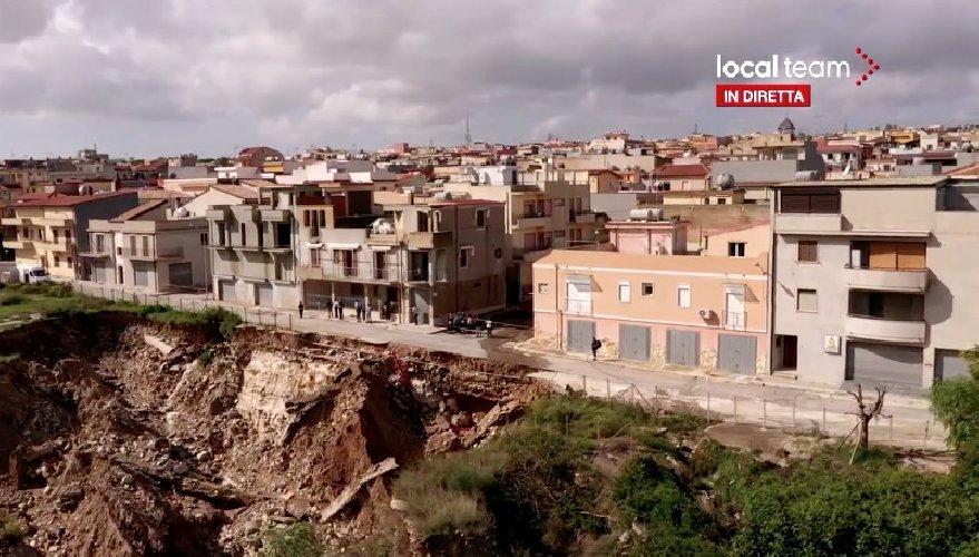 https://www.ragusanews.com//immagini_articoli/27-10-2019/alluvione-la-paurosa-voragine-le-case-ripresa-drone-video-500.jpg