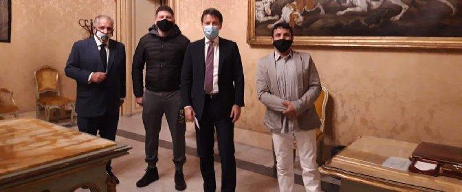 https://www.ragusanews.com//immagini_articoli/27-10-2020/ambulante-catanese-ricevuto-da-conte-se-sapevo-mi-vestivo-elegante-280.jpg
