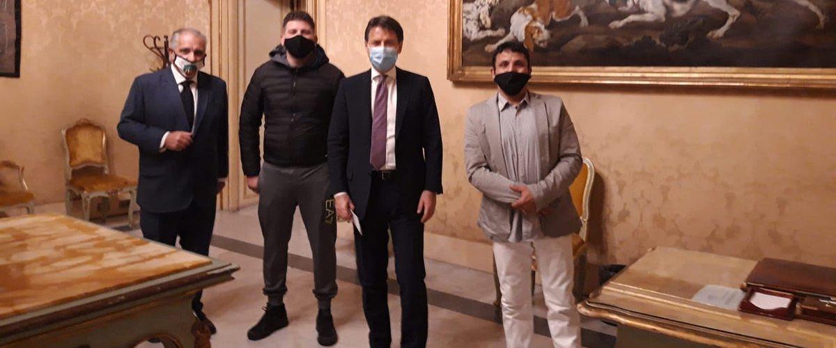 https://www.ragusanews.com//immagini_articoli/27-10-2020/ambulante-catanese-ricevuto-da-conte-se-sapevo-mi-vestivo-elegante-500.jpg