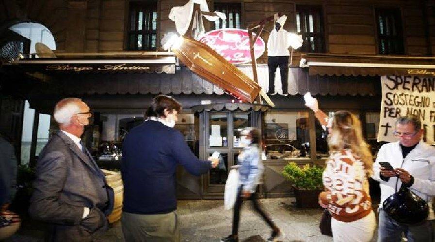 https://www.ragusanews.com//immagini_articoli/27-10-2020/camerieri-impiccati-e-bare-l-insegna-horror-del-ristorante-500.jpg