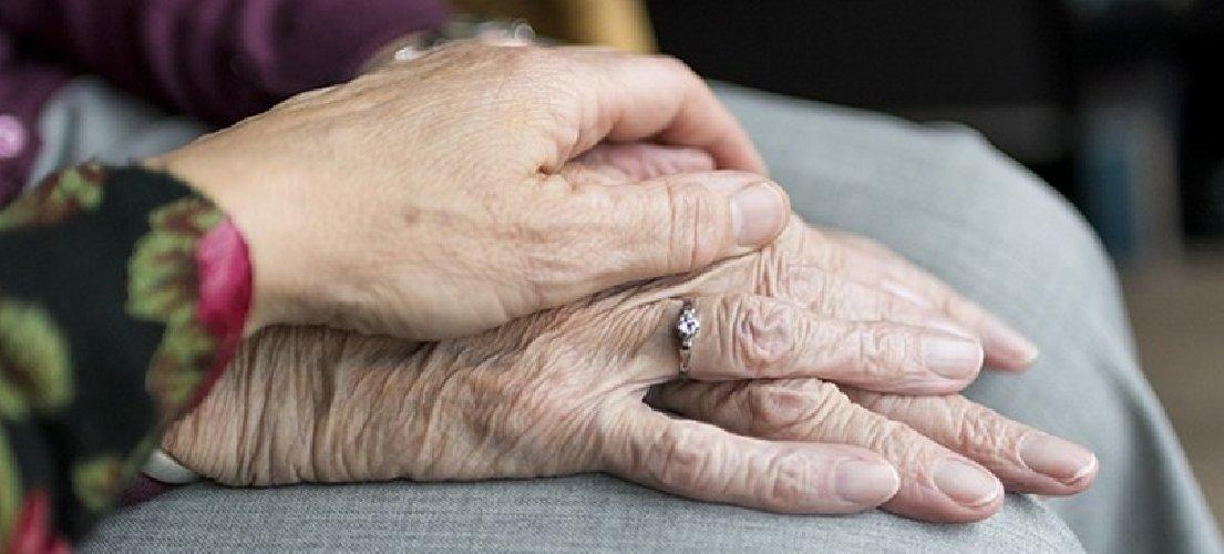 https://www.ragusanews.com//immagini_articoli/27-10-2020/donna-positiva-muore-in-casa-infettata-dal-parrucchiere-500.jpg