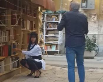 https://www.ragusanews.com//immagini_articoli/27-10-2021/marika-geraci-di-uomini-e-donne-posa-davanti-ai-libri-video-280.jpg
