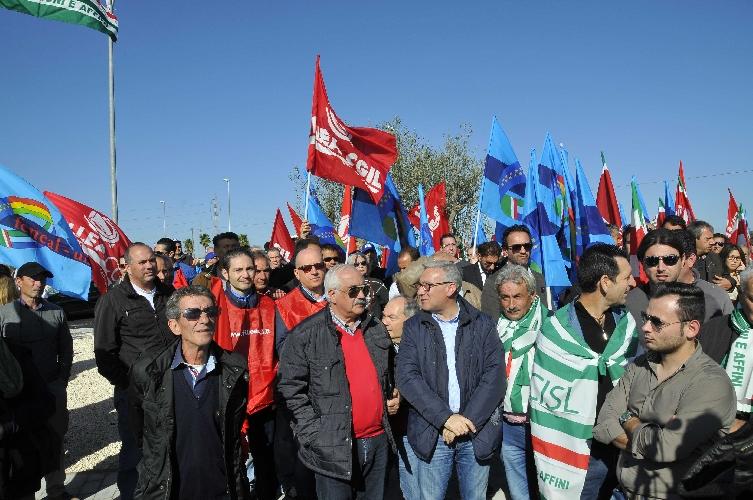 http://www.ragusanews.com//immagini_articoli/27-11-2014/crisi-mille-edili-protestano-davanti-l-ospedale-in-costruzione-500.jpg