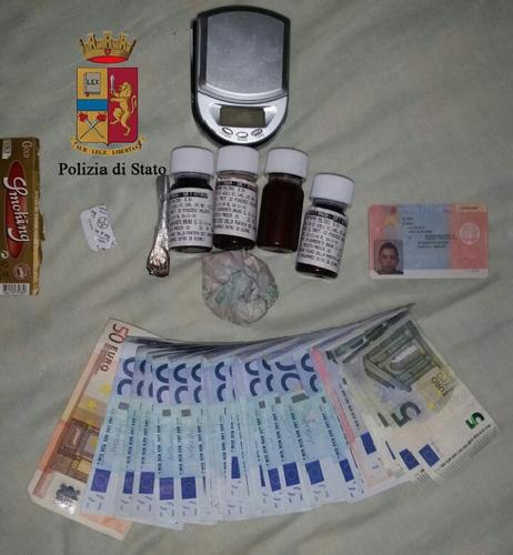 http://www.ragusanews.com//immagini_articoli/27-11-2014/eroina-madre-di-un-tossico-fa-arrestare-pusher-500.jpg