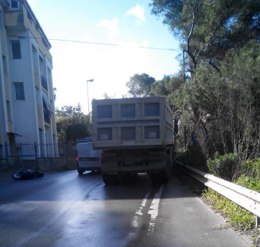 http://www.ragusanews.com//immagini_articoli/27-11-2015/moto-sotto-un-camion-scooterista-in-prognosi-riservata-500.jpg