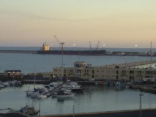 http://www.ragusanews.com//immagini_articoli/27-12-2013/inquinamento-al-porto-assolto-comandante-della-hope-star-240.jpg