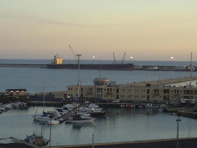 http://www.ragusanews.com//immagini_articoli/27-12-2013/inquinamento-al-porto-assolto-comandante-della-hope-star-500.jpg