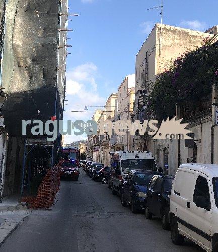 http://www.ragusanews.com//immagini_articoli/27-12-2017/scicli-cade-casa-resta-intrappolato-500.jpg