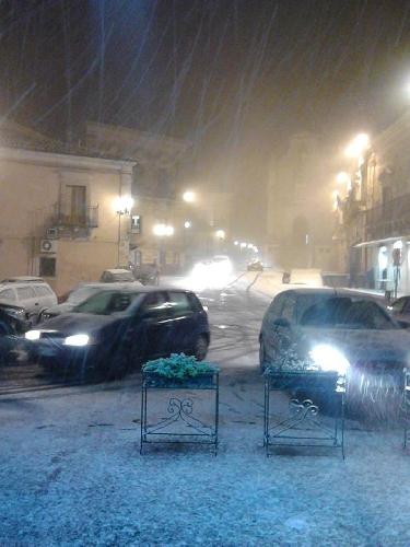 http://www.ragusanews.com//immagini_articoli/28-01-2015/nevica-si-nevica-500.jpg