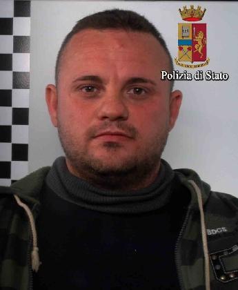 http://www.ragusanews.com//immagini_articoli/28-01-2017/irruzione-comune-danneggia-porte-ferisce-agente-arrestato-420.jpg
