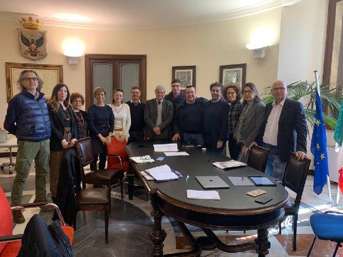 https://www.ragusanews.com//immagini_articoli/28-02-2019/stand-sicilia-noto-stamattina-firma-protocollo-500.jpg