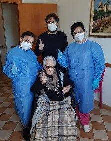 https://www.ragusanews.com//immagini_articoli/28-02-2021/maria-di-comiso-vaccinata-a-107-anni-bellezza-280.jpg