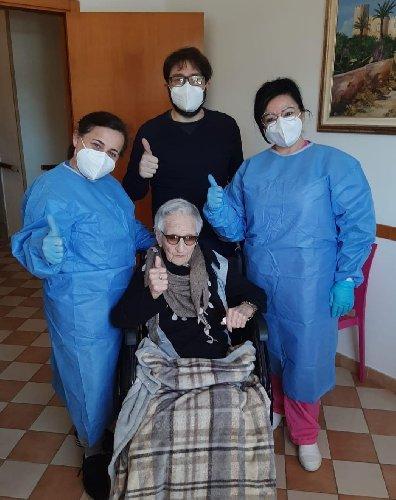 https://www.ragusanews.com//immagini_articoli/28-02-2021/maria-di-comiso-vaccinata-a-107-anni-bellezza-500.jpg