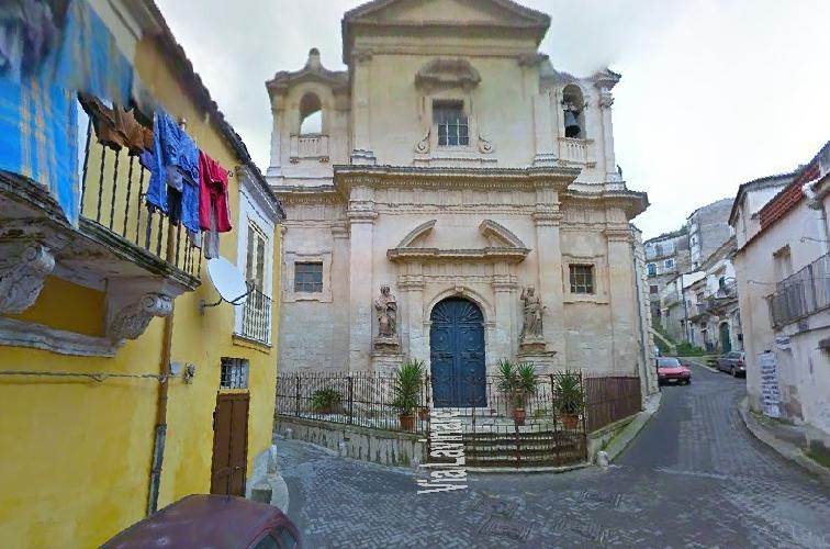 https://www.ragusanews.com//immagini_articoli/28-03-2014/incendiato-il-portone-del-ristorante-la-fenice-a-modica-500.jpg