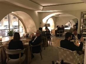 http://www.ragusanews.com//immagini_articoli/28-03-2017/fiorello-camiciaio-trump-milano-sicilia-piace-video-220.jpg