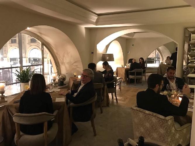http://www.ragusanews.com//immagini_articoli/28-03-2017/fiorello-camiciaio-trump-milano-sicilia-piace-video-500.jpg