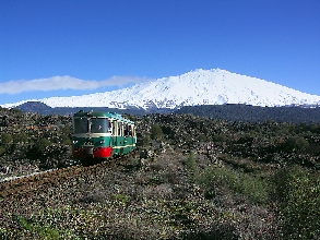 http://www.ragusanews.com//immagini_articoli/28-03-2017/treno-vini-etna-220.jpg