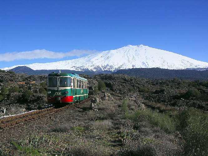 http://www.ragusanews.com//immagini_articoli/28-03-2017/treno-vini-etna-500.jpg