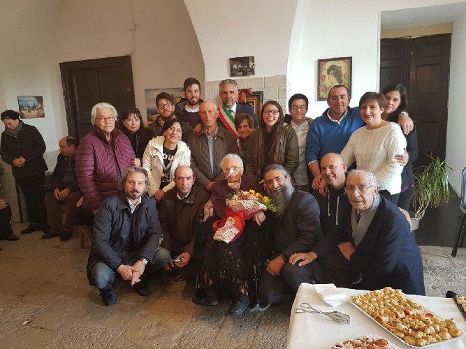 https://www.ragusanews.com//immagini_articoli/28-03-2018/modica-maria-caccamo-compie-anni-500.jpg