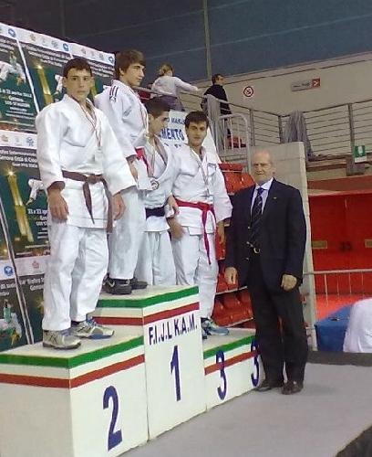 https://www.ragusanews.com//immagini_articoli/28-04-2012/judo-angelo-vilardo-e-argento-a-genova-500.jpg