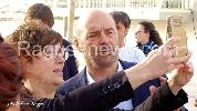 http://www.ragusanews.com//immagini_articoli/28-04-2017/commissario-montalbano-fine-ciak-selfie-video-100.jpg