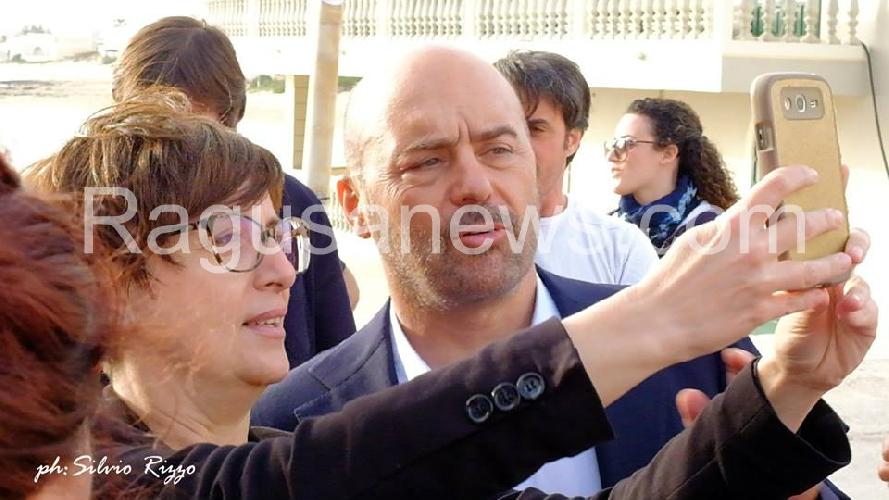 http://www.ragusanews.com//immagini_articoli/28-04-2017/commissario-montalbano-fine-ciak-selfie-video-500.jpg