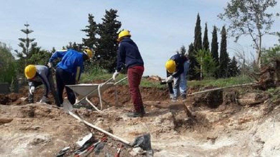 https://www.ragusanews.com//immagini_articoli/28-04-2018/chiaramonte-migranti-archeologi-trovano-tombe-bizantine-500.jpg