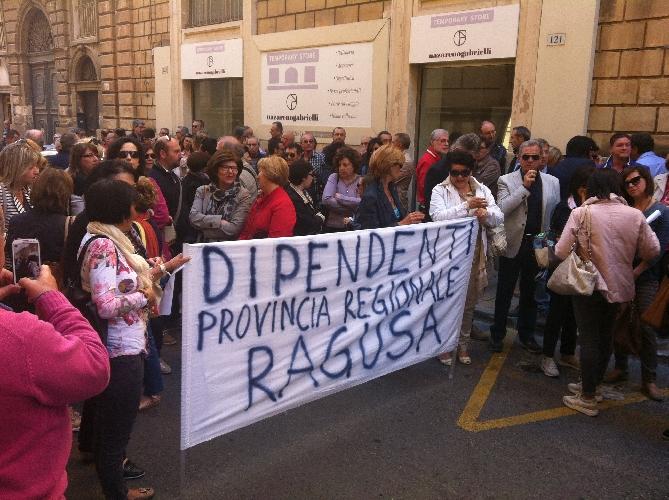 https://www.ragusanews.com//immagini_articoli/28-05-2015/sit-in-dei-dipendenti-della-provincia-davanti-alla-prefettura-500.jpg