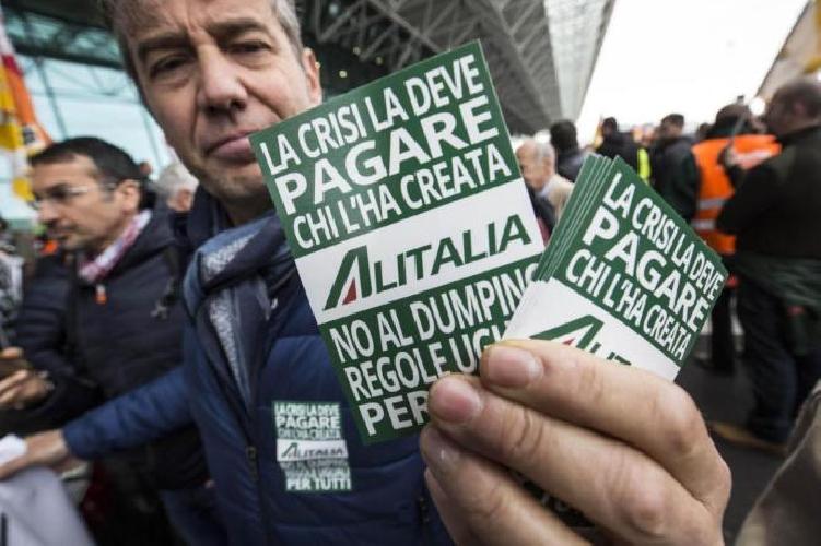 Alitalia sciopera, voli cancellati e caos