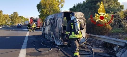 https://www.ragusanews.com//immagini_articoli/28-05-2020/furgone-in-fiamme-sulla-siracusa-catania-240.jpg