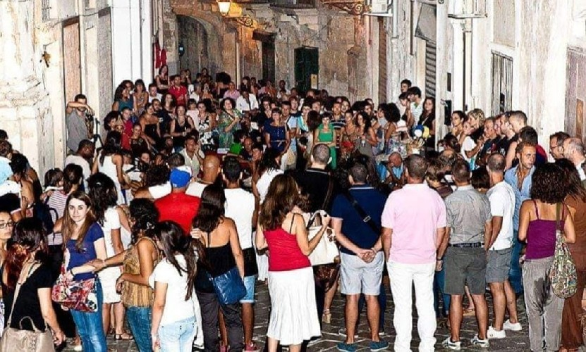 https://www.ragusanews.com//immagini_articoli/28-05-2020/il-pub-hemingway-da-l-arrivederci-e-indica-la-strada-500.jpg