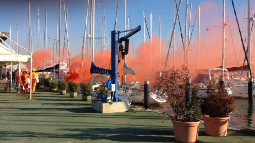 http://www.ragusanews.com//immagini_articoli/28-06-2017/fiamme-porto-scoglitti-solo-unesercitazione-500.jpg