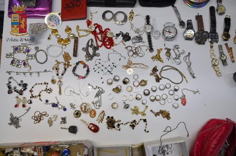 http://www.ragusanews.com//immagini_articoli/28-06-2017/gioielli-cellulari-biancheria-perfino-armi-denunciati-rumeni-500.jpg