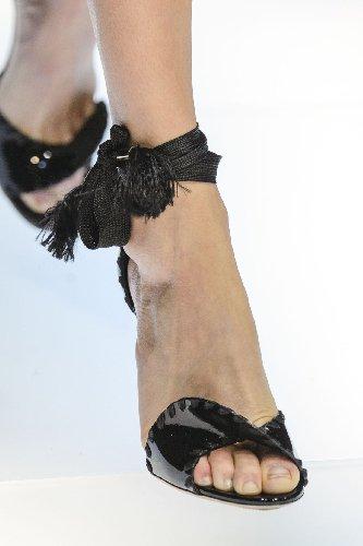 https://www.ragusanews.com//immagini_articoli/28-06-2018/scarpe-donna-estate-2018-veste-armani-500.jpg
