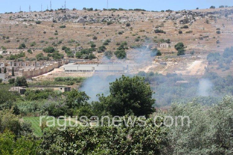 https://www.ragusanews.com//immagini_articoli/28-06-2019/chiusa-la-strada-fiumara-per-un-incendio-500.jpg