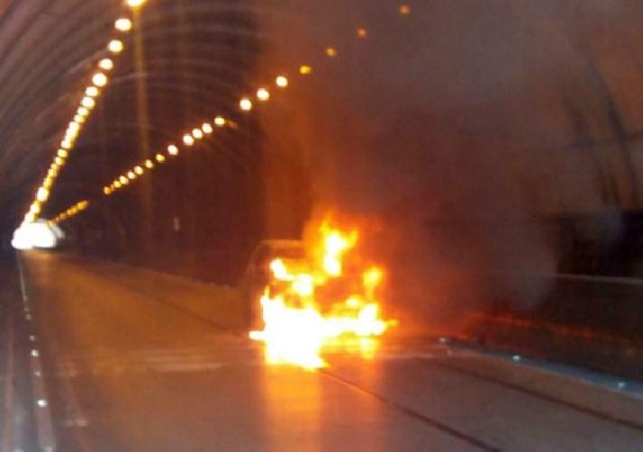 https://www.ragusanews.com//immagini_articoli/28-06-2020/auto-a-fuoco-in-una-galleria-dell-autostrada-siracusa-catania-500.jpg