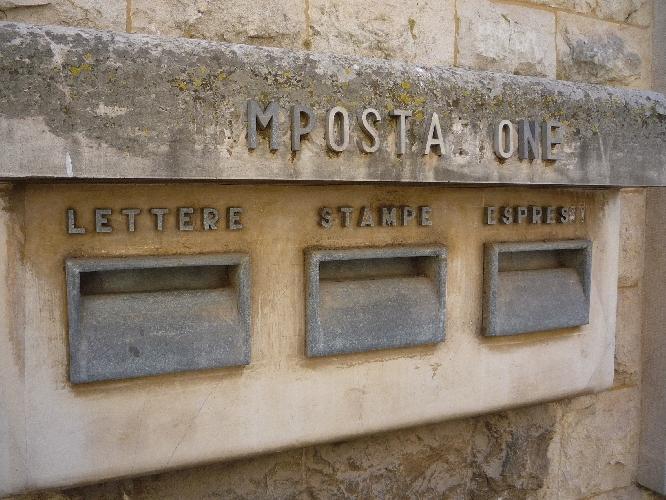 http://www.ragusanews.com//immagini_articoli/28-07-2014/le-buche-delle-lettere-murate-cementate-nuovo-modernariato-500.jpg