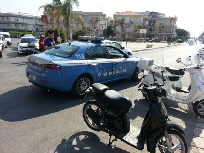 http://www.ragusanews.com//immagini_articoli/28-07-2014/marina-di-ragusa-la-polizia-a-piazza-malta-500.jpg