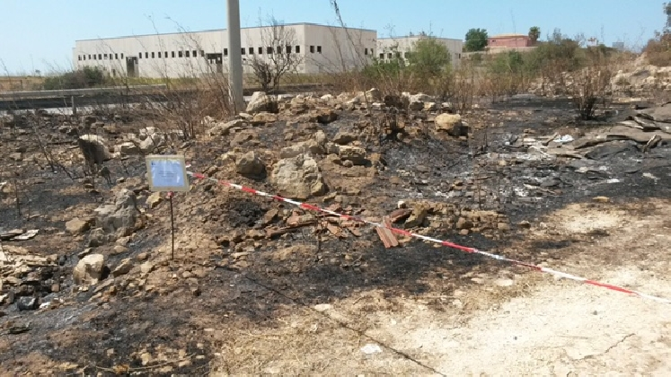 http://www.ragusanews.com//immagini_articoli/28-07-2016/incendio-a-maganuco-e-si-scopre-una-discarica-abusiva-420.jpg